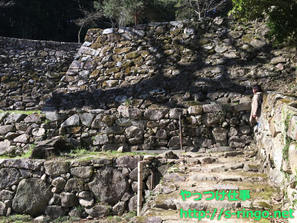 上段の邸宅までの石階段