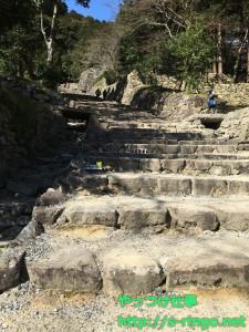 下から見た石階段の景色
