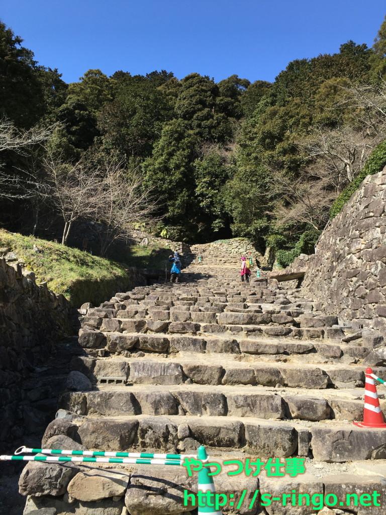羽柴秀吉邸跡を出てすぐの石段