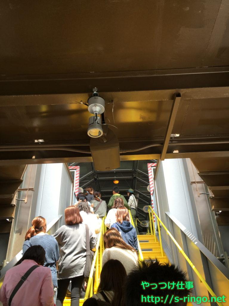 USJフライングダイナソー・搭乗前階段