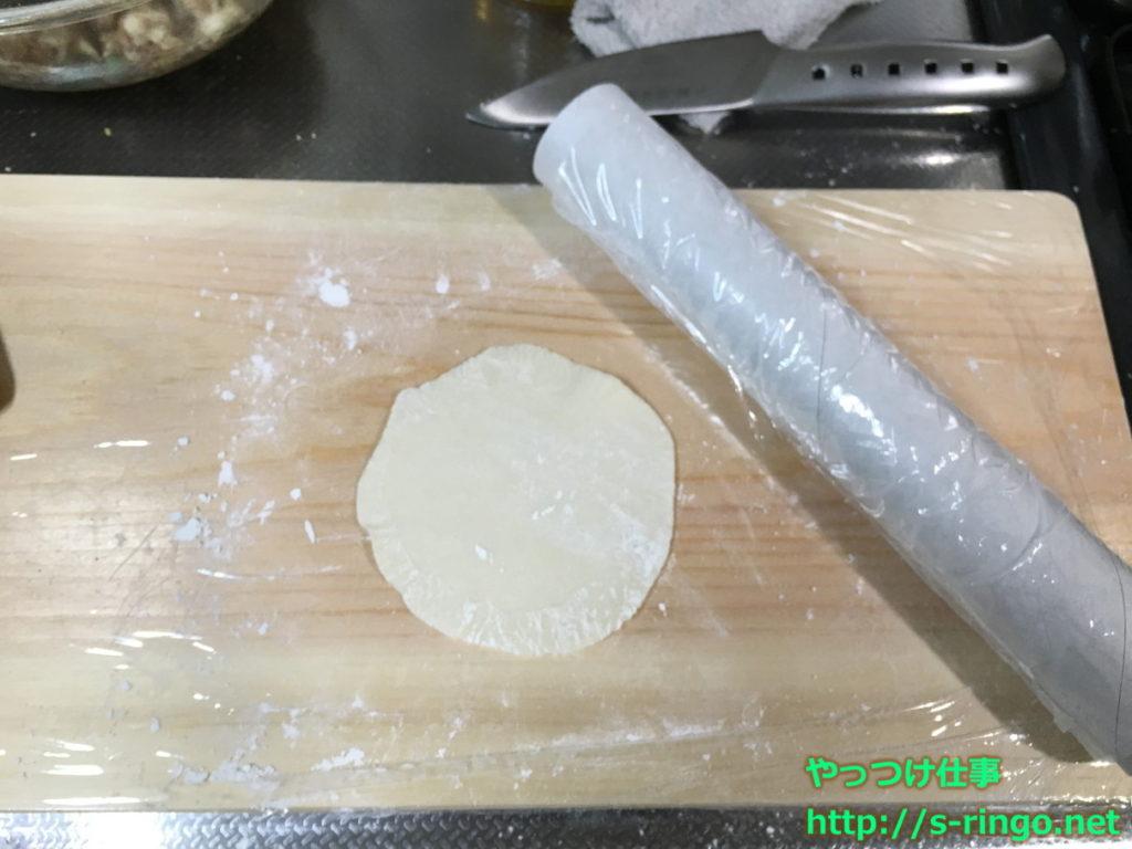 餃子の皮を丸く伸ばす